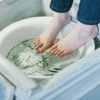 冬場の保湿ケアは足先にも入念にお手入れをしてあげましょう。足のケアは、保湿に加えて、かかとの角質ケアも大切です。角質を柔らかくするためにフットバスに入ってあげると血行も良くなるので一石二鳥ですよ*