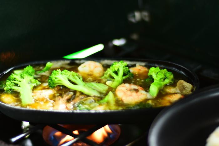 基本的には、オリーブオイル・にんにく・具材だけで手軽に作れるアヒージョですが「なんとなく味や食感がイマイチ…」と感じることもあるかもしれません。こちらでは、アヒージョをより美味しく作るための「ちょっとしたコツ」をご紹介します!