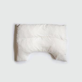 """江戸時代から続く寝具メーカー【金澤屋】の枕は、ちょっと変わった""""U字型""""が特徴です。寝返りが打ちやすいゆったりサイズで、肩のラインまで自然に包み込みます。"""