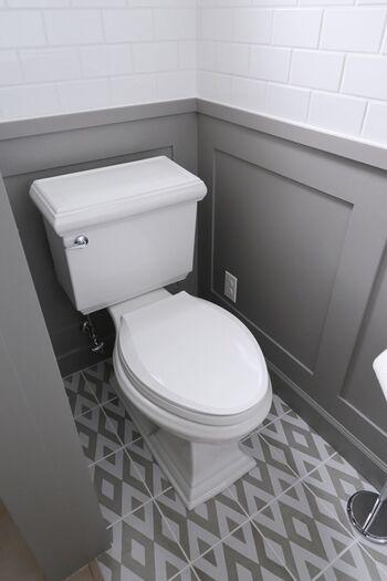 トイレも隅々までピカピカにしましょう。トイレマット・便座カバーなどはまとめて洗濯し、普段なかなかできないタンクの中も掃除を。