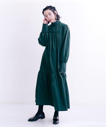 ヨーロッパのドレスにも使われることが多いビリジアンブルーは、アンティークな雰囲気が満載!子供っぽくならないよう、ワンピースに合わせる時はマニッシュなローファーでバランスを。シューズの存在感も活かせるスタイリングです。