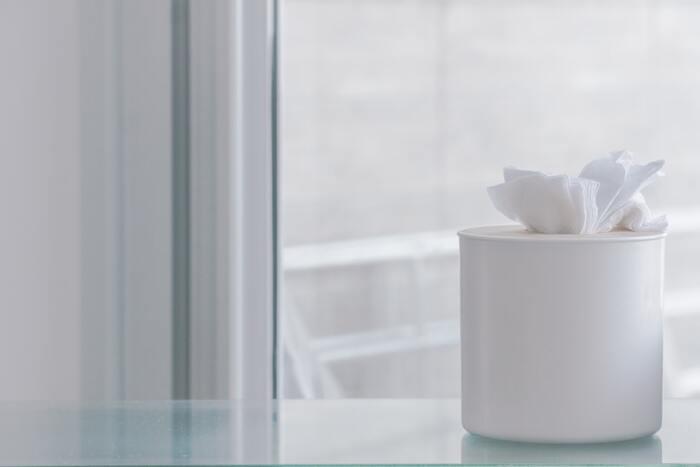 皮脂が多い状態でパウダーをのせると、化粧崩れの原因に。まずはティッシュやあぶらとり紙で皮脂をオフしておきましょう。