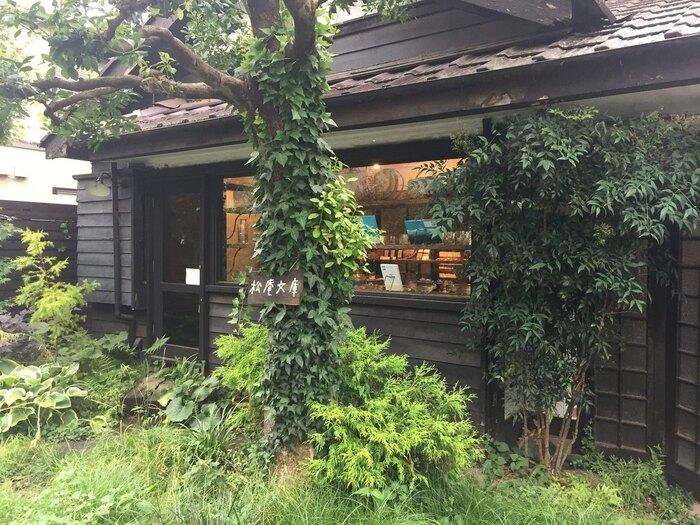 もちの木(画像真ん中)が目印。西荻窪駅から五日市街道方向へ7分ほど歩いたところに。カフェとショップ/ギャラリーは1階に、2階はヨガなどのワークショップが開かれるイベントスペースとなっています。
