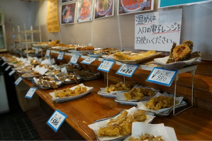 海鮮丼の他にも、天ぷらや煮魚などのお惣菜がたくさん。開店直後から行列ができる人気店です。