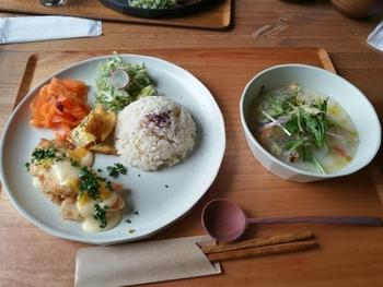 尾道市・御調産の減農薬あきさかりをはじめ、体に優しい野菜たっぷりの「立花食堂の定食」。海鮮丼やラーメンの他、ガトーショコラやチーズケーキなどのカフェメニューもあります。