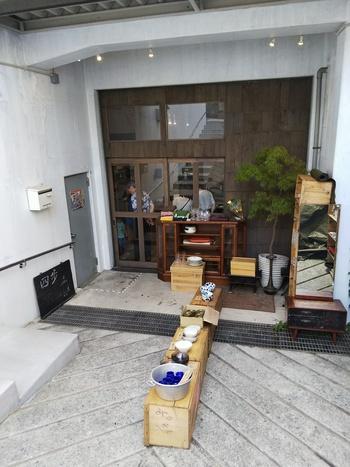 JR中央線/京王井の頭線・吉祥寺駅から北方向へ歩いて10分。カフェを併設の雑貨屋さん。和のうつわや古道具の販売に加えて、金継ぎや家具の修理なども行っています。