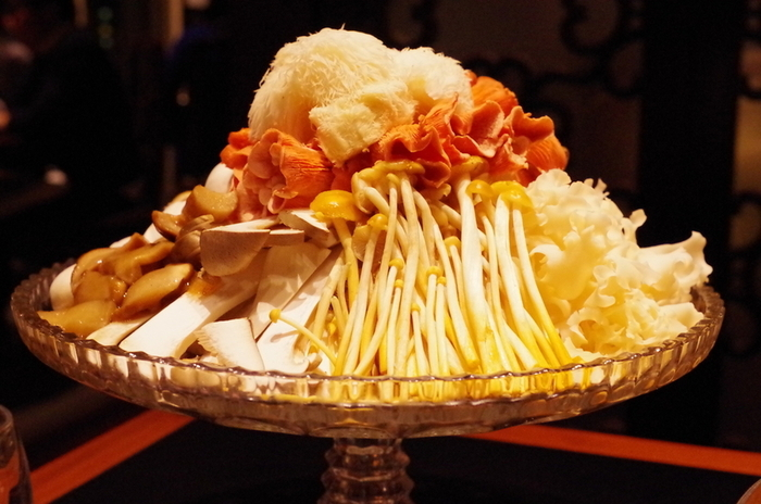 お店の名物は、きのこをたっぷりと使用した「雲南キノコ火鍋」。山伏茸や柳松茸など、普段はあまり目にする機会の少ない珍しいきのこも!八角やクコの実などの薬膳が入った、心も身体もあたたまるお鍋です。