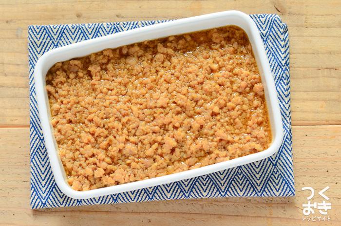 片栗粉でとろみを付けた甘辛味の「鶏そぼろあん」も、手軽に作れて色々アレンジできる便利な一品です。蒸しナスや茹でかぼちゃなど、野菜に鶏そぼろあんをかけるだけで豪華な料理が完成しますよ。