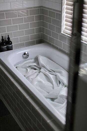 ソファカバーやラグは、大きすぎると洗濯機に入らない場合も。そういった時は浴槽にお湯を張って、踏み洗いしましょう。