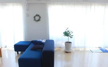 普段なかなか洗えないカーテンも、大掃除でまとめて洗濯を。洗ったらカーテンレールに戻して暖房の効いた部屋に干しておけば、意外とすぐに乾きます。