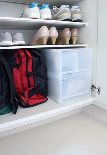 玄関収納も大掃除の機会に見直しを。狭いスペースでも、収納用品をうまく使うことでたくさんの物をしまえたり、取り出しやすくなったりします。