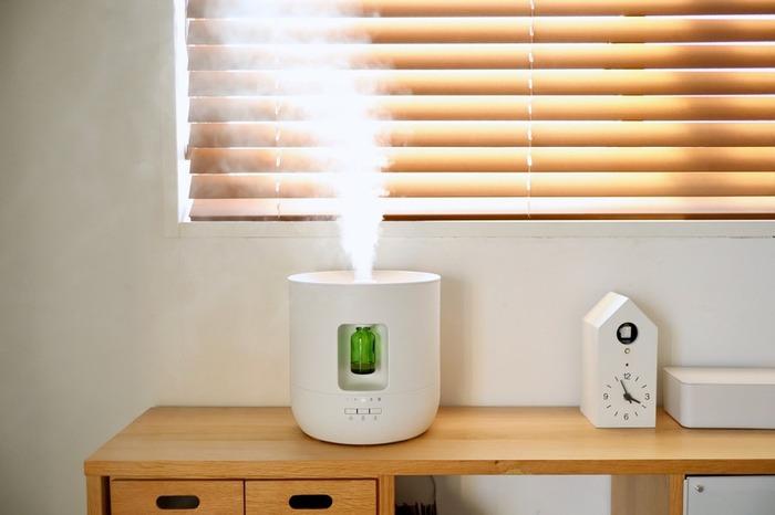 ACアダプターがついた無印良品の加湿機能付き超音波アロマディフューザー。バケツ型のタンクが一体になっており、お手入れするのも簡単!なんとエッセンシャルオイルを自動滴下することができ、いつでもいい香りがお部屋の中を満たしてくれます。