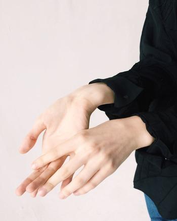 手に現れる年齢とは、主にシワやシミ、そして爪の変化によって感じることが多いのではないでしょうか。特に爪は、凸凹の発生や色の変化など、若かりし頃との違いを大きく感じている人も多くいるかもしれません。