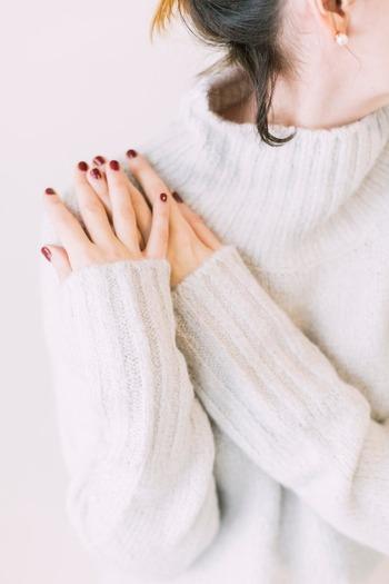 歳を重ねると入ってしまう爪の縦じわが、手に年齢を感じさせる大きな要因の一つですが、ネイルはその爪に現れる縦じわを物理的に隠すことができます。爪の表面を滑らかに磨くだけで、見たときの印象がパッと変わるものです。