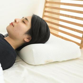 ウレタンフォームの枕は、頭にフィットしつつ沈み過ぎないのが特徴です。頭と首に沿う形状にデザインされた物が多く、しっかり支えてくれます。