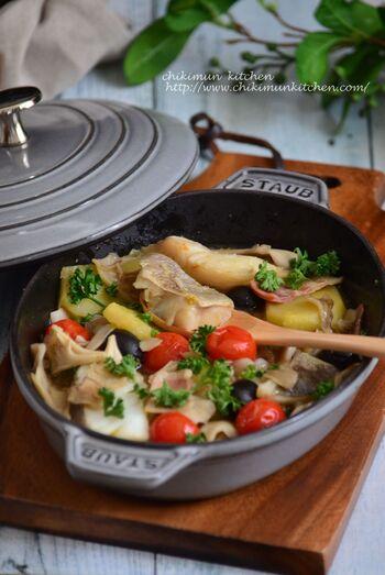 旬のタラを使ったおしゃれな煮込み料理レシピ。材料を入れて煮込むだけなので簡単。お鍋のまま食卓にサーブすれば、熱々おいしくいただけます。