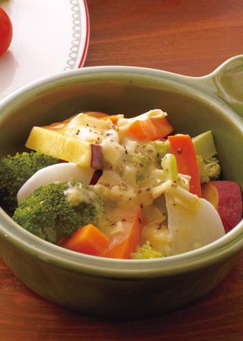 さつまいも、ブロッコリー、かぶなどカラフルな蒸し野菜に、カマンベールチーズのホットドレッシングをかけた温野菜サラダ。粗挽きこしょうを振ってアクセントを加えましょう。