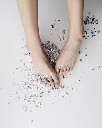 甘皮がなく爪がすらりと長いと美しく見えますよね。でも、甘皮は爪を守ってくれるとても繊細なもの。自分で無理に甘皮を切ったり力を入れて押し込めたりすると炎症を起こしてしまうこともあります。
