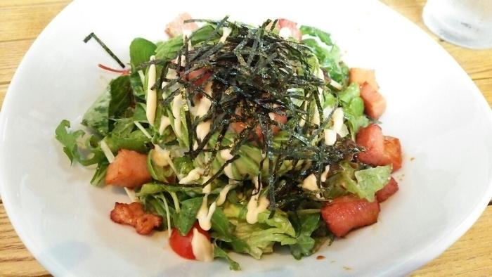地元の食材を使って用意される食事メニューは豊富に用意されていますが、おすすめの一品となるのはアボガド丼です。