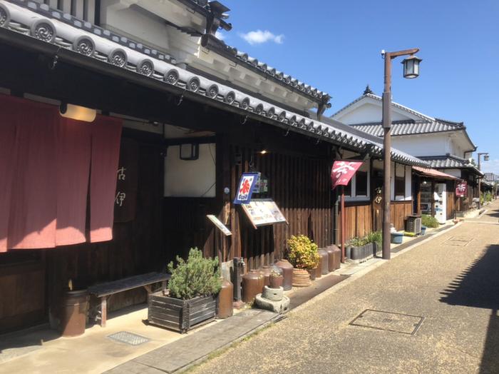 町屋茶屋・古伊の歴史は古く、江戸時代初期に遡ります。町屋茶屋・古伊の建物は、江戸時代初期、古くなった服を再生する古手屋が営まれていました。やがて幕末、明治、昭和と時代が遷る都度、生業は材木業、酒造業へと変遷し、現在はお食事処として生まれ変わっています。