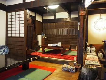 町家茶屋・古伊の内装は、私たちが思い描く江戸時代のお茶の間そのものです。座敷席のすぐ後ろには、狭い居住スペースを有効利用するために階段の下が収納スペースとなっている古い箱階段があり、昔の人々の知恵を垣間見ることができます。