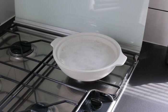 頑固な汚れは重曹水で五徳を煮て、汚れを浮かせる方法を試してみましょう。この時に使う鍋はアルミ製だと黒く変色する恐れがあるので注意が必要です。また重曹は沸かす前に入れておくこともポイント!沸騰してからだと発泡し、吹きこぼれてしまう場合があります。ガスコンロ全部の五徳を一気に掃除するなら、カセットコンロを使うのが◎