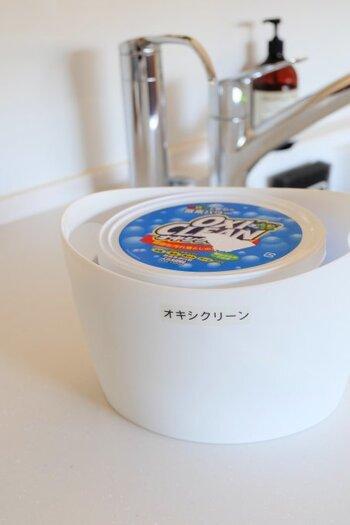 アメリカ生まれのオキシクリーンは、「オキシ漬け」と呼ばれるつけおき洗いにおすすめの洗剤。40~50℃の熱いお湯にオキシクリーンを溶かし、2~6時間ほど五徳をつけておきます。また、この時のオキシ液を布巾に含ませて、コンロ周りを拭き掃除することもできます。