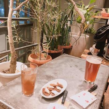 お店のある「終日one」は昼は喫茶として、夜はビアバーとして楽しむことができます。お花がいっぱいのおしゃれな空間の中、とっておきの時間を過ごすのもいいですよね♪