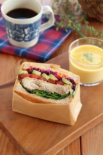 【 ハニーマスタードチキンのサンドイッチ 】 お庭でピクニック気分を味わえる、サンドイッチやおむすびなどの軽食もおすすめ。ハニーマスタードチキンを挟んだサンドイッチは、彩りもきれいでボリュームもたっぷりです。お客様に出しても喜ばれるご馳走サンドですね。
