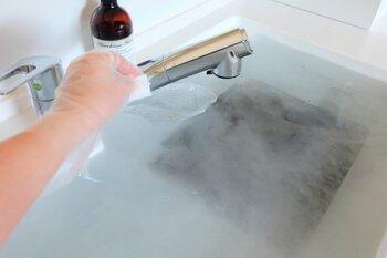 重曹スプレーで落ちない汚れは、つけおき洗いをしましょう。五徳の汚れは熱と時間をプラスすることで落としやすくなります。