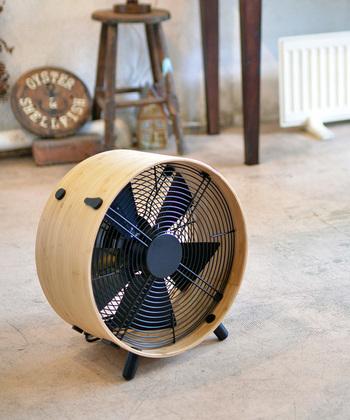 また、洗濯物を干す際には、エアコンや除湿器、サーキュレーターなどの電化製品を活用することも大事なポイントです。風通しを良くして乾燥時間を短縮することで、臭いの元となる雑菌の繁殖を防ぐことができます。