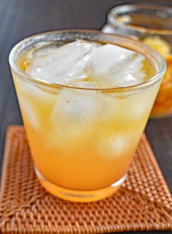 冷蔵庫で2週間程度日持ちするので、作っておくといろいろとアレンジがききますよ。炭酸で割ればすっきり爽やかな味わいに、ヨーグルトにかけもおいしそうです。