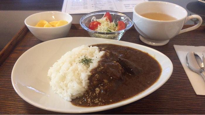 珈琲さとうでは、喫茶メニューだけでなく料理メニューも用意されています。しっかりとお食事をしたい方は、柔らかいお肉がたっぷりと入ったビーフカレーライスセットがおすすめです。