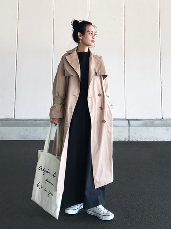 ベージュのトレンチコートには、ラフなコットンバッグがフレンチシックな雰囲気を醸してとてもお似合い。トレンチコートはかっちり見えがちなのでバッグで抜け感を出すのもおしゃれです。