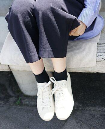 スニーカーは、カジュアルな装いには欠かせないアイテムですよね。例えば白い部分が汚れていると、どうしても清潔感のある装いに見えなくなってしまいます。  白い部分はスニーカー用の消しゴムなどを使って、いつでもきれいな白い状態をキープできるように心がけるといいですね。