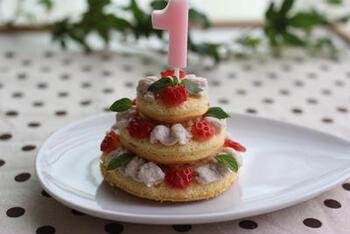 イチゴ味の豆腐クリームを使った赤ちゃんケーキ。全体をクリームで覆わなくても、スポンジの大きさを変えて3段にすれば見栄えのするデコレーションになりますね。