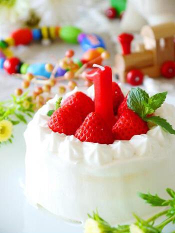 ピジョンの「1才からのレンジでケーキセット」を使って作られた赤ちゃんケーキ。キットなら牛乳を混ぜるだけでスポンジ、生クリームまで作ることができるので、材料は牛乳とフルーツだけでOK!ミニサイズのショートケーキができちゃいます☆