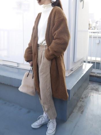 もこもこボアジャケットはこの冬人気のアイテム。インナーにハイネックニットをインすれば、縦長効果が出てスッキリと見えつつ、防寒面も◎。