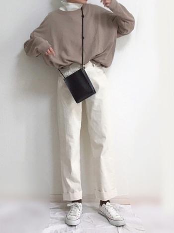 スウェットは一枚で着るには冬は防寒面で少し心許ないアイテム。ミドルゲージの白ハイネックをプラスして、寒さ対策&おしゃれ度アップを狙ってみて。