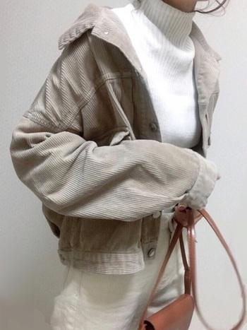 コーデュロイはこの秋冬トレンドの素材。ジャケットで取り入れるなら、インナーに白ハイネックニットを。ジャケットを襟抜きしても暖かい上、上品に見えて一石二鳥。