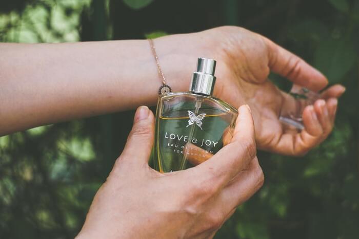 淡い香りでも、柔軟剤と香水が重なるとバランスの悪い香りになることがあります。  どちらも使いたいというときは、相性のいい香りを選んだり、香水をつける部位を工夫したりして、やわらかく香らせるように気を付けましょう。
