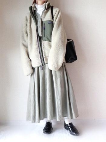 コットンのワンピースは可愛くて一年中着たいアイテムですが、冬はやはり少し寒いですよね。そこで活躍してくれるのが白のハイネックニット。おしゃれな首回りのアクセントにもなりますし、防寒面で実用的です。