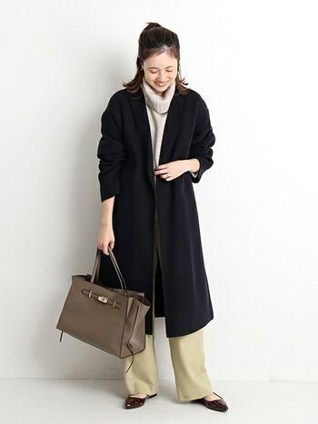 首回りにボリュームのあるハイネックニットを合わせると、そこはかとなく大人の余裕を醸します。少し袖をまくってみたりと、お手本にしたいチェスターコートの着こなしバランス。
