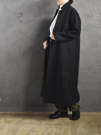 襟を立ててミリタリーパンツと合わせたハンサムコーディネート。チェスターコートはぜひ襟の仕立てが綺麗なものを選びましょう。