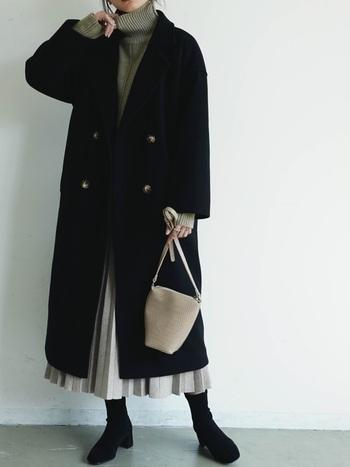 ミドル丈のプリーツスカートで女性らしくチェスターコートを着こなすのも素敵。チェスターコートから少しはみ出るくらいの着丈がバランス◎。
