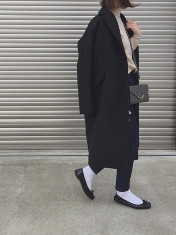 チェスターコートは肩掛けにして、時にはラフに着こなすのもコーディネートのマンネリ防止におすすめです。