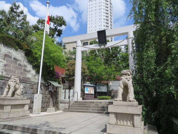 乃木神社は、港区赤坂という都会のど真ん中にある神社です。地下鉄千代田線「乃木坂駅」よりすぐの場所にあり、最近では人気アイドルグループの乃木坂46のメンバーがお参りしたり、成人式のお披露目などをする場所でもあることから、ファンの聖地ともされています。