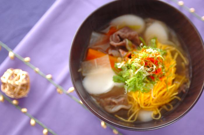 韓国のトックというお餅で作る、牛肉ベースのエスニック雑煮。錦糸卵で彩りがよいですね。テーブルが華やかになるお雑煮です。