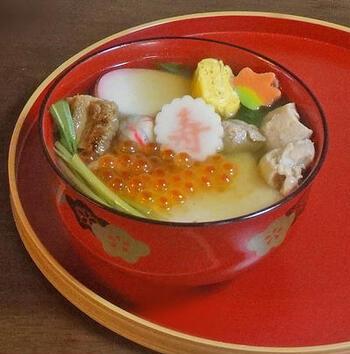 兵庫県のお雑煮は、鶏と穴子の上品なお出汁が印象的な、焼き穴子入り。イクラを乗せることでより華やいだお椀になりますね。