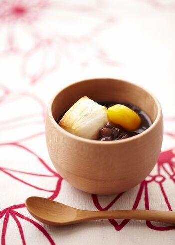 小豆缶は、水と塩を加えて温めるだけでok。そのあとに、角餅、栗の甘露煮を加えれば、プロ風な見た目の、おもてなしの一品になりますね。